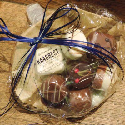 Verras uw geliefde, vriend of vriendin met een bonbon geschenk Verpakt in een geschenkdoosje of prachtig bonbonboeketje.