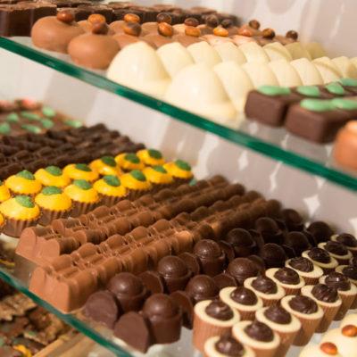 Échte Belgische bonbons op ambachtelijke wijze door chocolatiers vervaardigd met ingrediënten van de hoogste kwaliteit. Melk, puur en wit.