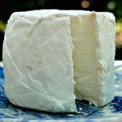 Kaas van geit of schaap is gemaakt met geiten- en schapenmelk. Veel halfharde kaassoorten van het Goudse type en zachte kaassoorten smaken er extra lekker door.