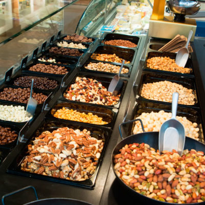 Onze notenmixen zijn speciaal samengesteld om u te laten genieten van al het lekkers. De lekkerste gemengde noten vind u terug in onze (luxe) notenmelanges!