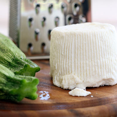 Witte kaas of verse kaas is een zachte, smeuïge kaas met een milde smaak. Feta, ricotta en Mozzarella zijn bekende voorbeelden.